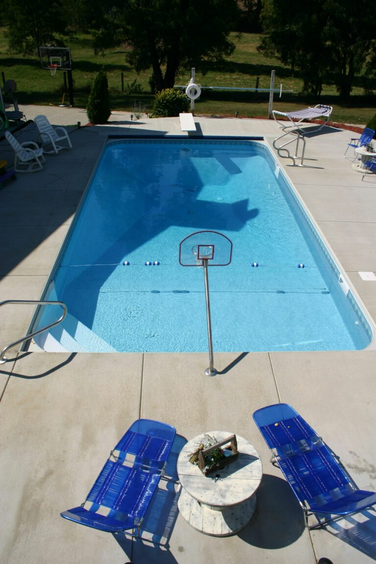 Vinyl Liner swimming pool with basketball net