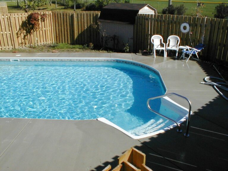 Vinyl Liner in ground pool with steps and rail